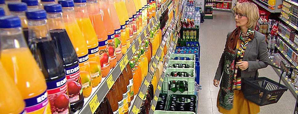Yvonne im Supermarkt vor dem Getränkeregal