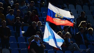 Fan mit russischer Fahne in Sewastopol