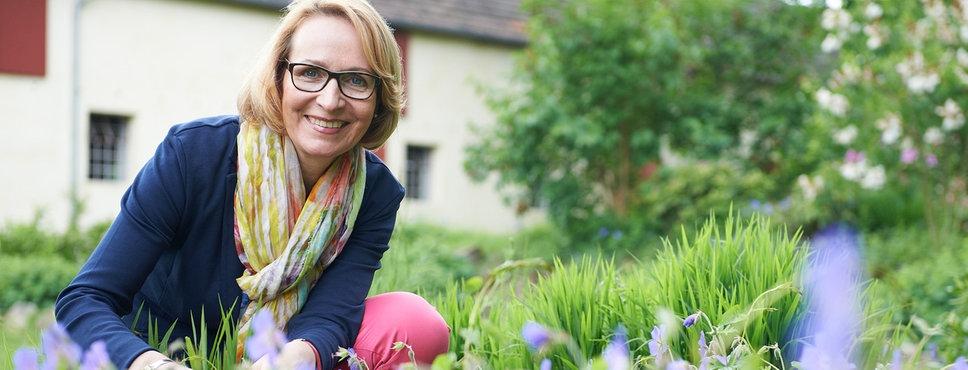 Astrid von Kempski in ihrem Garten