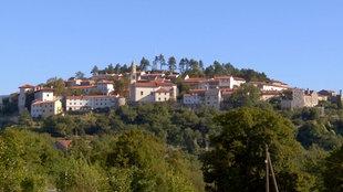 Das Dorf Stanjel auf einer bewaldeten Bergkuppe