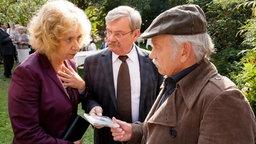 Von Heidrun (Verena Plangger, l.) erfahren Günter (Wolfgang Winkler, M.) und Edwin (Tilo Prückner, r.), dass Monika schon lange wusste, dass ihr Mann Jürgen sie betrügt.