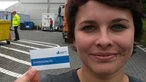"""Junge Frau mit Karte """"Dolmetscherin"""""""