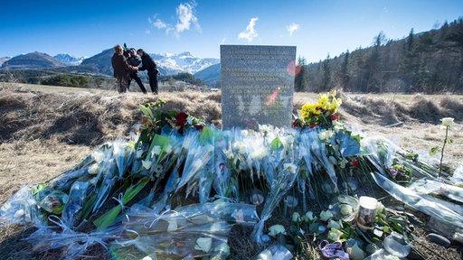 Gedenkstele in der Nähe des Unfallorts Le Vernet