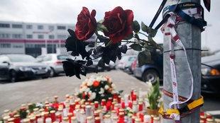 Kerzen vor dem Hauptsitz von Germanwings am Flughafen Köln/Bonn