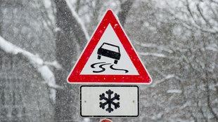 Straßenschild warnt vor Glatteis