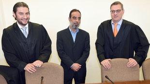 Salafistenprediger Ibrahim Abou-Nagie (Mitte) am 09.04.2015 im Landgericht in Köln zum Prozessauftakt wegen gewerbsmäßigen Betrugs, mit seinen Anwälten