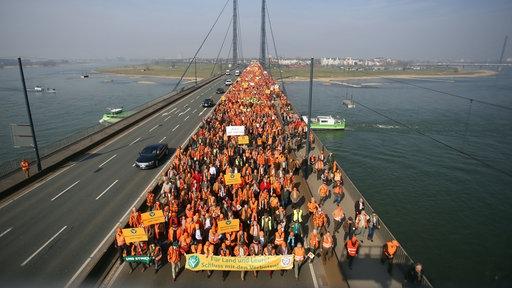 Jäger, Land- und Forstwirte ziehen in Düsseldorf über die Rheinbrücke demonstrierend zum Landtag