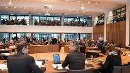 Oberbürgermeister Frank Baranowski (SPD, M) leitet im Hans-Sachs-Haus in Gelsenkirchen eine Sondersitzung.