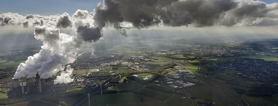 Wolken über einem Kraftwerk