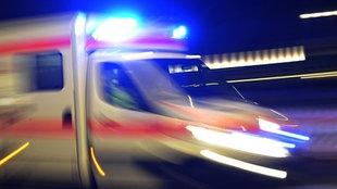 Krankenwagen mit Blaulicht unterwegs