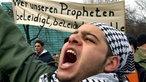 """""""Wer unseren Propheten beleidigt, beleidigt uns alle"""" steht auf einem Transparent von Demonstranten"""