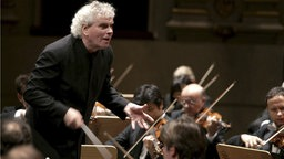 Sir Simon Rattle dirigiert seine Berliner Philharmoniker