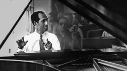 George Gershwin in der Probe mit Musikern