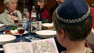 Ein jüdisches Kind sitzt am Essenstisch während des Pessach-Fests