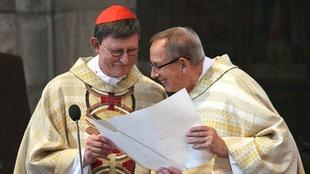 Erzbischof Rainer Maria Woelki erhält vom Dompropst Norbert Feldhoff seine Ernennungsurkunde