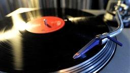 Eine Schallplatte auf einem Technics Schallplattenspieler