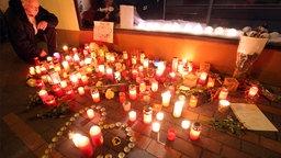 Kerzen zum Zeichen der Trauer vor der Bäckerei, in der Arzu Ö. gearbeitet hat