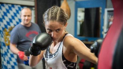 Junge Frau beim Boxsporttraining.