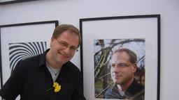Peter Schmidt bei einer Fotoausstellung