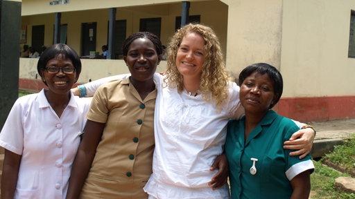 Hebamme Sonja Liggett mit drei ghanaischen Frauen.