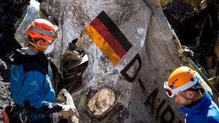 Helfer bergen Trümmerteile des verunglückten Germanwings-Flug U4U9525 in den französischen Alpen (Archivfoto, 31.03.2015)