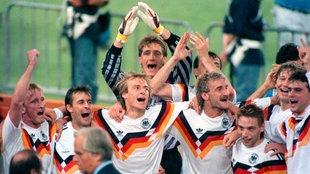 Jubelnde deutsche Fußballspieler nach dem Final-Sieg 1990