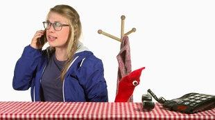 Socken-Handpuppe und Mädchen mit Telefon