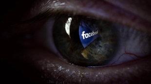 Das Logo von Facebook in einem Auge