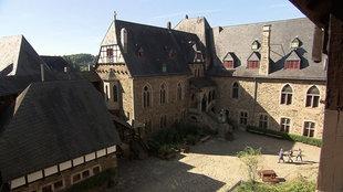 Esther und André im Burghof von Schloss Burg