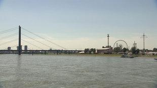 Das Rheinpanorama von Düsseldorf mit Riesenrad und Brücke