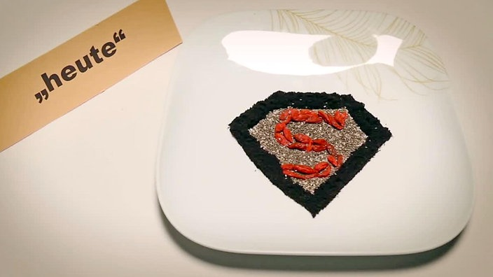 Teller mit Superfood  in Form des Superman-Logos