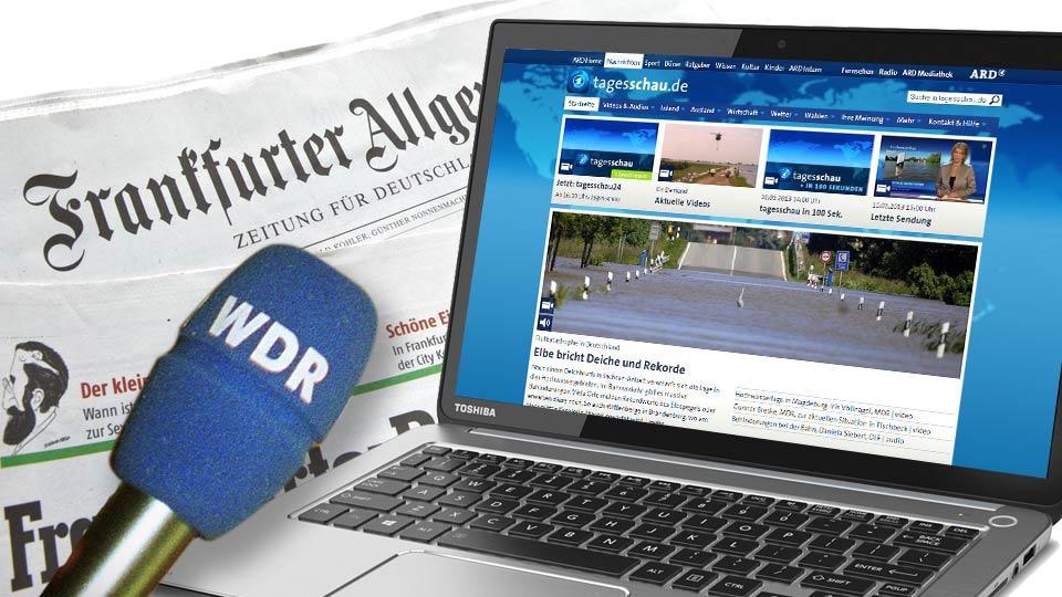 Zeitung, Laptop und Mikrofon