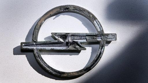 Die Rückseite eines Opel-Logos