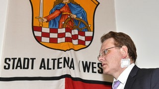 Andreas Hollstein vor Altena-Flagge