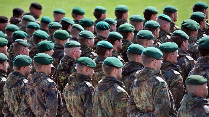 bundeswehr soldaten von hinten freiwilliger wehrdienst als weiterbildung - Bundeswehr Freiwilliger Wehrdienst Bewerbung