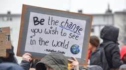 "Schild mit der Aufschrift ""Be the change you wish to see in the world"" bei der Demo ""Fridays for Future"" auf dem Rheydter Marktplatz (15.03.2019)"