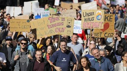 Mehrere Tausend Menschen demonstrieren bei der Friday for Future Demonstration für mehr Klimaschutz.   Oliver Berg/dpa