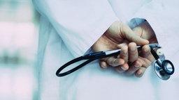 Ein Stethoskop in den Händen eines Arztes.