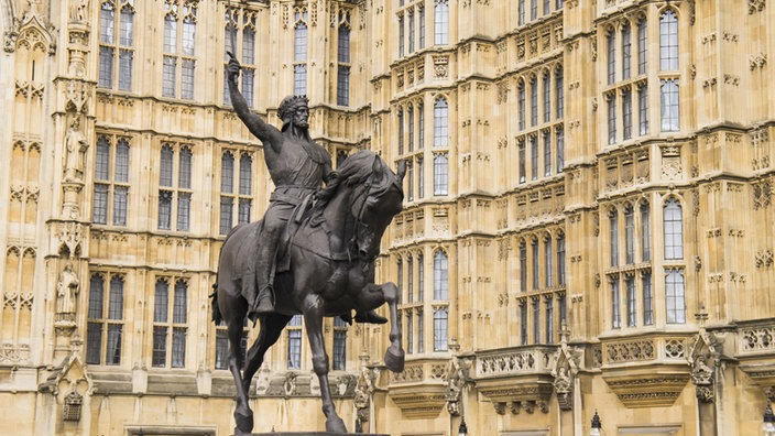 Statue von Richard I. Löwenherz vor den Houses of Parliament in London