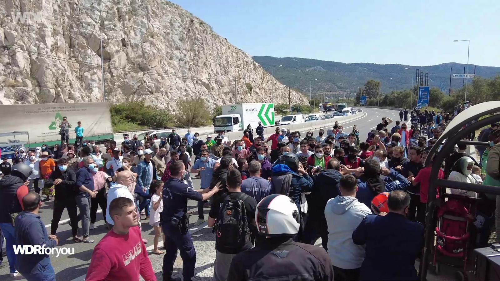 Bewohner*innen des Camps Skaramagas blockieren eine Autobahn in Athen.