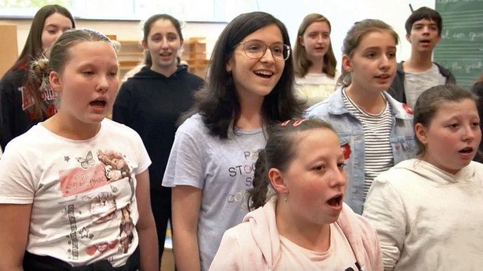 Schülerinnen und Schüler des Schulchors des Königlichen Athenäums Eupen