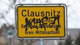 Beschmiertes Ortschild von Clausnitz