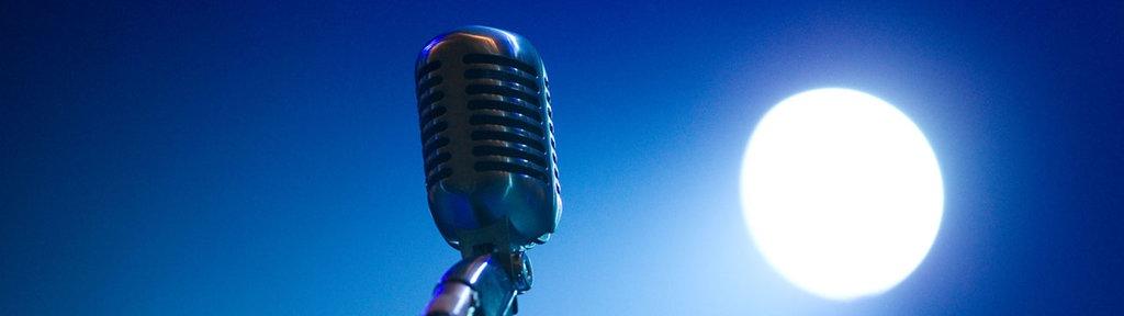 Ein Mikrofon und ein Scheinwerfer