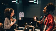 Little Simz beim Interview mit COSMO-Moderatorin Siham El-Maimouni live in London