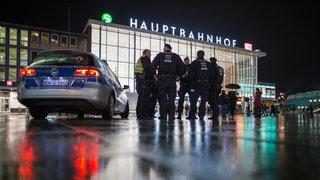 Polizisten stehen in Köln vor dem Hauptbahnhof