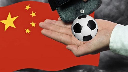 China-Flagge, aufgehaltene Hand, Ein Portemonnaie, aus dem ein Fußball fällt, Fotomontage