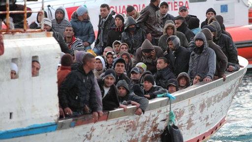 Ein Boot mit Flüchtlingen aus Nordafrika kommt auf der italienischen Insel Lampedusa an (20.03.2011); Rechte: dpa