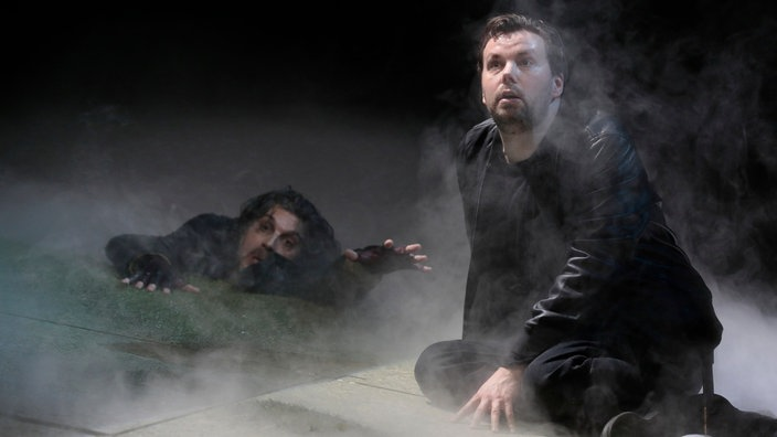 "Joshua Bloom (Ghost) und David Butt Philip (Hamlet), in ""Hamlet"" von Brett Dean"