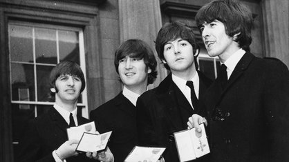 The Beatles (v.l.n.r.): Ringo Starr, John Lennon, Paul McCartney und George Harrison vor dem Buckingham Palace in London Verleihung des Ordens MBE (Member of the British Empire) durch Koenigin Elisabeth II.