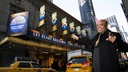 Berry Gordy vor dem Lunt-Fontanne Theatre am Broadway i New York